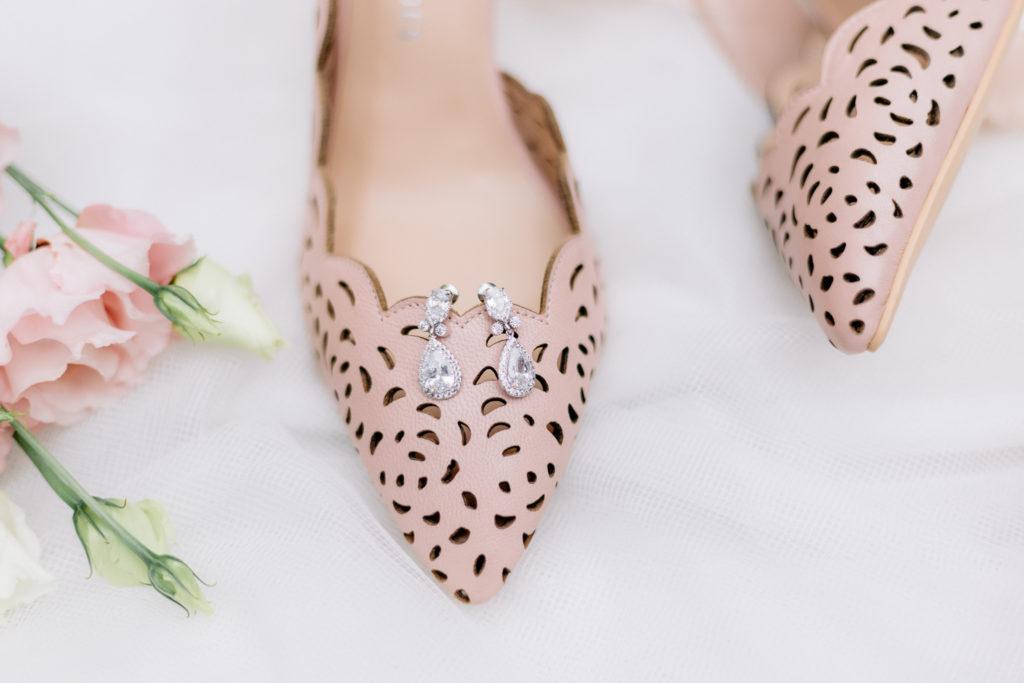 buty i kolczyki panny młodej